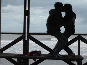 After getting back together, these lovers kiss by the sea